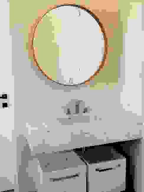 Espejo Lisbet 80 cm: Baños de estilo  por Barragan Carpinteria