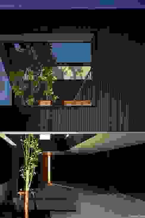 外観夜景 Ryo MURATA Laboratory モダンな庭