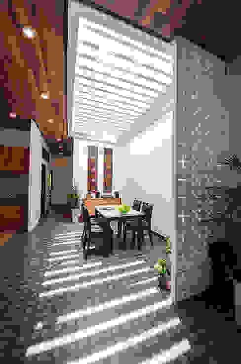 Ngôi Nhà Biến Đổi Bất Ngờ Sau Khi Được Cải Tạo Chỉ Với 350 Triệu Phòng ăn phong cách hiện đại bởi Công ty TNHH Xây Dựng TM – DV Song Phát Hiện đại