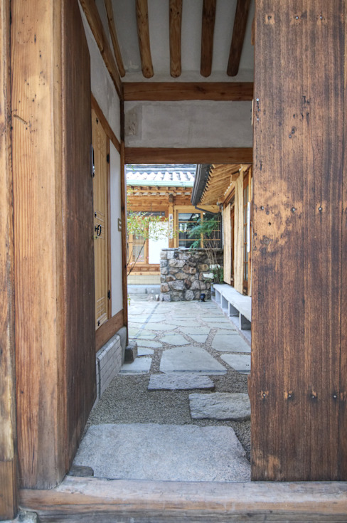 'Hyehwa1938' - korean modern traditional house: 참우리건축의  문,한옥