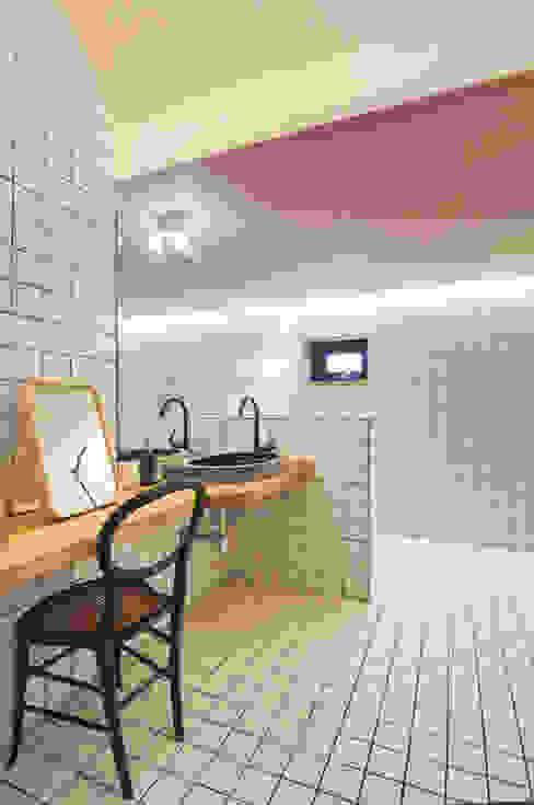 'Hyehwa1938' - korean modern traditional house: 참우리건축의  욕실,한옥