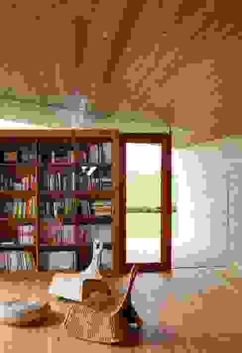 Vista interna verso Sud Massimo Berto Architetto Studio minimalista Legno massello Beige