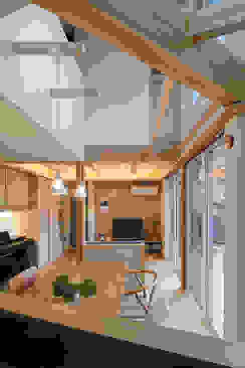 リビングダイニング 芦田成人建築設計事務所 北欧デザインの リビング 木