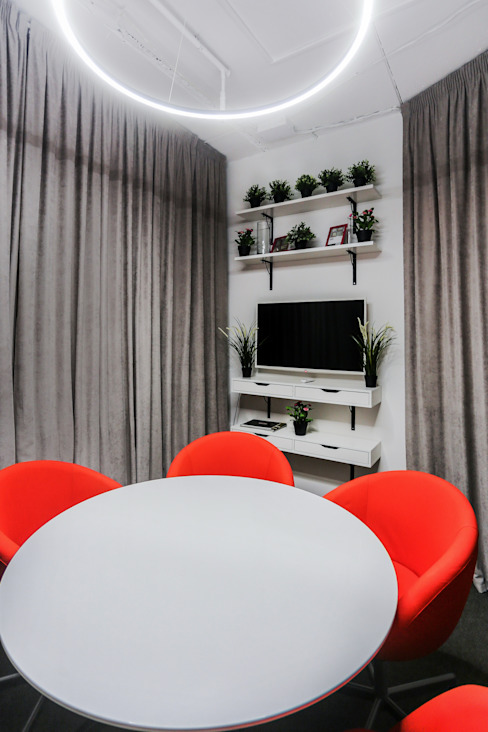 Sala multimediale minimalista di mlynchyk interiors Minimalista