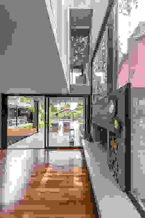 Salas de estar modernas por Besonías Almeida arquitectos Moderno Betão