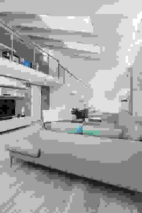 现代客厅設計點子、靈感 & 圖片 根據 ZEROPXL | Fotografia di interni e immobili 現代風