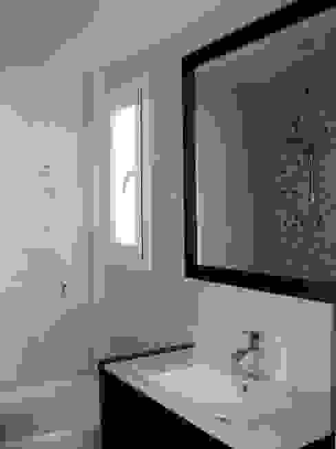 Baño en blanco y madera.: Baños de estilo  de Almudena Madrid Interiorismo, diseño y decoración de interiores,