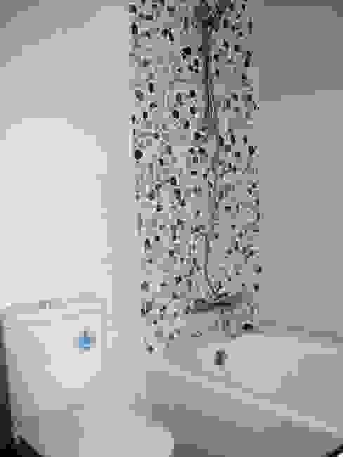 Baño en blanco y madera. Con adorno de mosaico de piedra Baños de estilo moderno de Almudena Madrid Interiorismo, diseño y decoración de interiores Moderno Cerámico