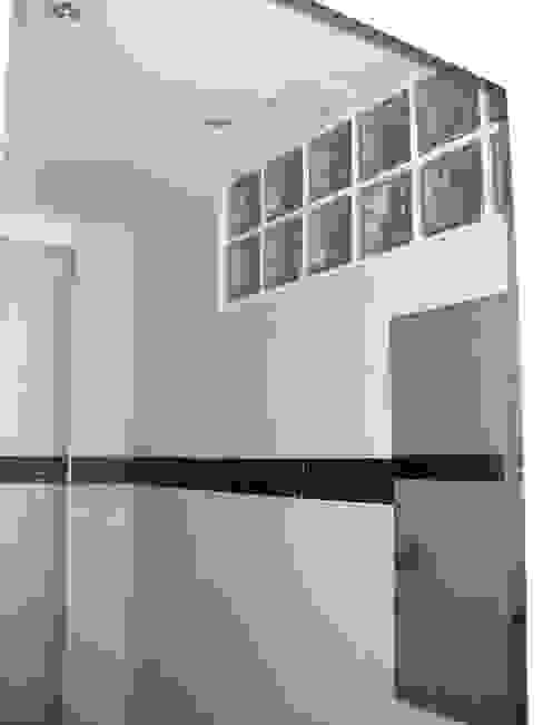 Baño en blanco con adorno de gresite de cristal en turquesa Baños de estilo moderno de Almudena Madrid Interiorismo, diseño y decoración de interiores Moderno