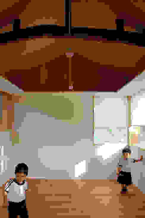 Walls by 丸菱建築計画事務所 MALUBISHI ARCHITECTS