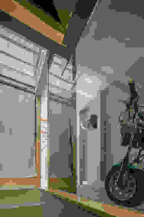 Kakko House 工業風的玄關、走廊與階梯 根據 山本嘉寛建築設計事務所 yyaa 工業風 玻璃