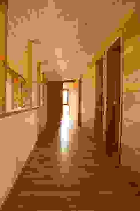Pasillo Segundo piso Oficinas y bibliotecas de estilo moderno de homify Moderno