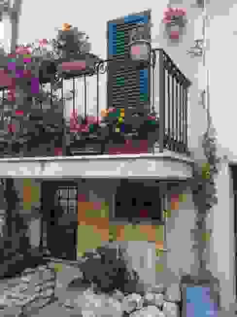 Terrazas de estilo  por Au dehors Studio. Architettura del Paesaggio,