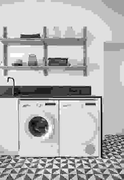 Phòng tắm phong cách tối giản bởi INT2architecture Tối giản