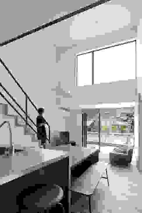 Escaleras de estilo  por 山本嘉寛建築設計事務所 YYAA