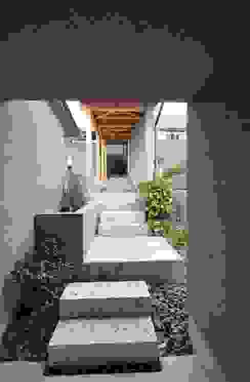 アプローチ ツジデザイン一級建築士事務所 オリジナルスタイルの 玄関&廊下&階段 石 灰色