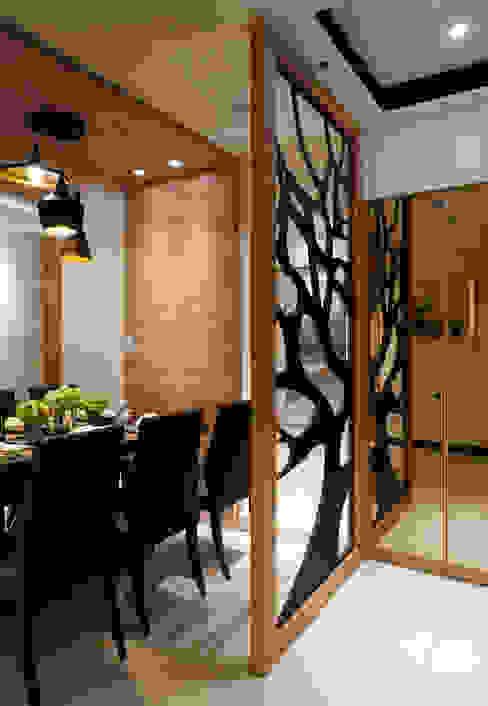 鑲入樹枝狀黑色鑄鐵,具備了阻擋視線直視的作用:  餐廳 by 雅和室內設計