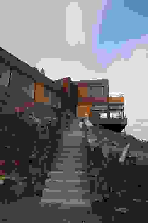 Vista acceso peatonal en obra. de Uno Arquitectura Moderno Piedra
