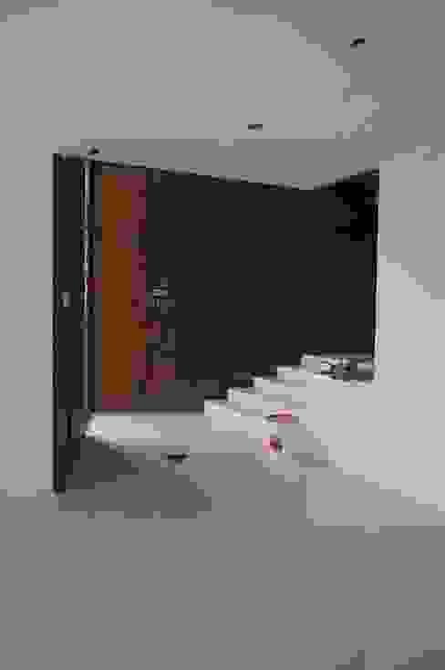 Hall acceso Pasillos, vestíbulos y escaleras modernos de Uno Arquitectura Moderno Madera Acabado en madera