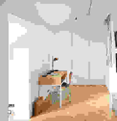 GANTZ - Einbauschrank unter Dachschräge Moderne Schlafzimmer von GANTZ - Regale und Einbauschränke nach Maß Modern Holzwerkstoff Transparent