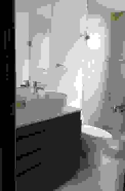 baño MIRIAM ESCOBEDO INTERIORISTA Baños minimalistas Cerámico Beige