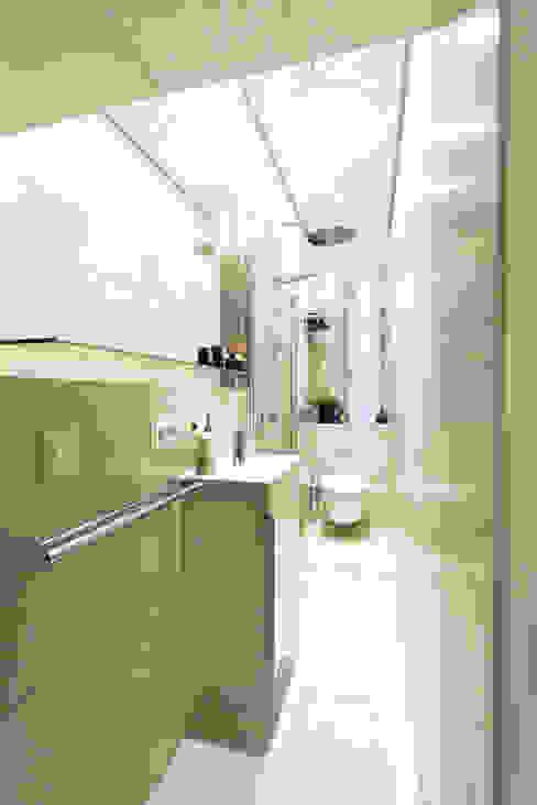 Kleines Bad ganz groß: Schlauchbad neu gedacht Moderne Badezimmer von Banovo GmbH Modern