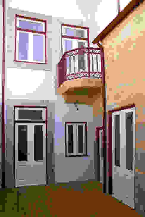 Reabilitation of a ruined building in Rua dos Bragas José Melo Ferreira, Arquitecto Classic style balcony, veranda & terrace Granite