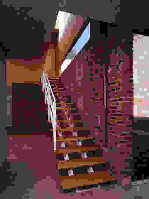 Escalera Interior homify Escaleras Madera maciza Acabado en madera