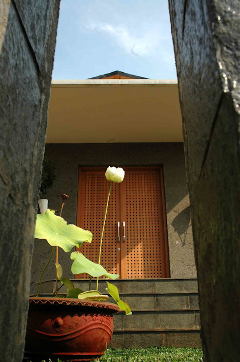 Residential_Landed_Semi-Detached House Rumah Tropis Oleh daksaja architects and planners Tropis