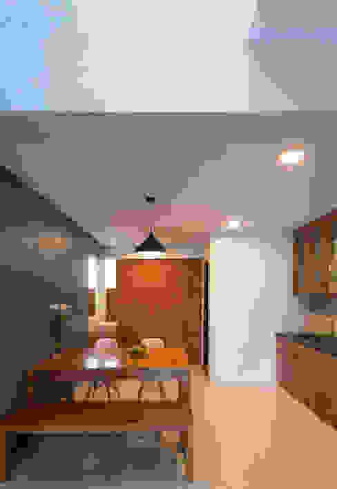 Khu vực bếp bài trí gọn gàng cùng tủ kệ dễ dàng để cho 2, 3 người cùng nấu nướng. Phòng ăn phong cách châu Á bởi Công ty TNHH TK XD Song Phát Châu Á Đồng / Đồng / Đồng thau