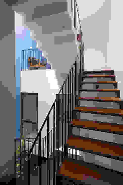 Cầu thang thiết kế bằng sắt với mặt bậc ốp gỗ giúp nhẹ kết cấu và tăng độ thông thoáng.:  Cầu thang by Công ty TNHH TK XD Song Phát