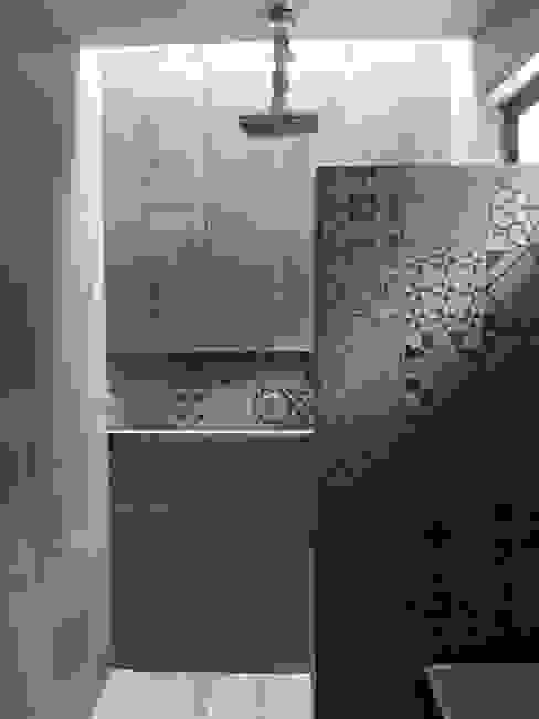 DEVELOP ARQUITECTOS Modern bathroom Ceramic Grey