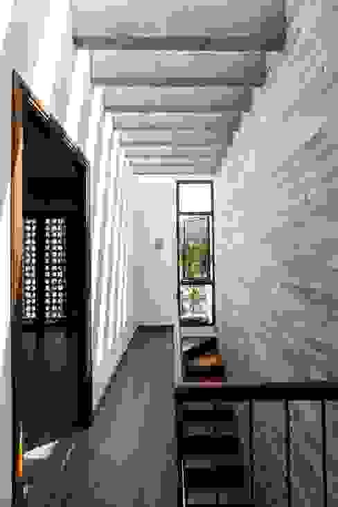 Pasillos, vestíbulos y escaleras de estilo moderno de Công ty TNHH Xây Dựng TM – DV Song Phát Moderno
