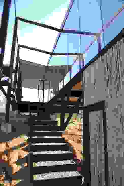 Escalera de acceso de homify Moderno