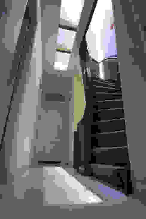 الممر الحديث، المدخل و الدرج من YBB Architecture Amsterdam حداثي