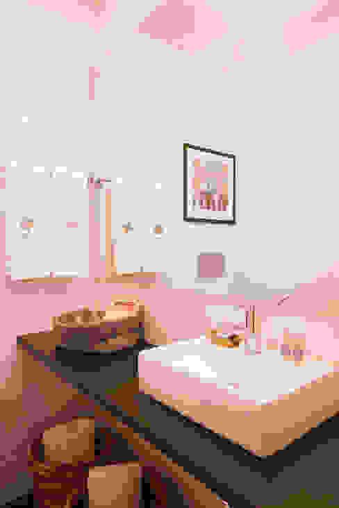 Apartamentos Rua de Trás - Alojamento turístico (7 apartamentos) - Centro do Porto Casas de banho escandinavas por ShiStudio Interior Design Escandinavo