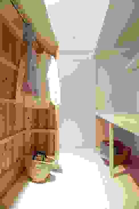 Closets de estilo  por Mimasis Design/ミメイシス デザイン, Moderno Madera Acabado en madera