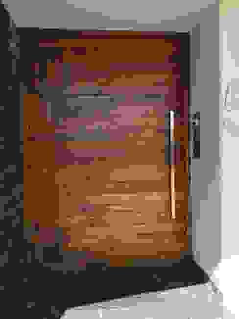 Puertas de madera de estilo  de EESP equipos electrónicos smart home, Moderno
