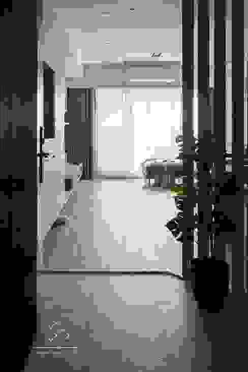 Corridor & hallway by 極簡室內設計 Simple Design Studio