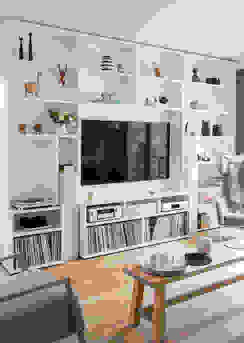 GANTZ - Wohnwand mit integriertem Fernseher und HiFi: modern  von GANTZ - Regale und Einbauschränke nach Maß,Modern Holzwerkstoff Transparent