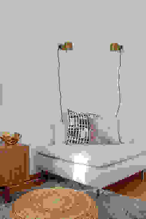 Sofá de canto em sala de estar por Rima Design Moderno