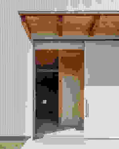 Sliding doors by 伊藤憲吾建築設計事務所,