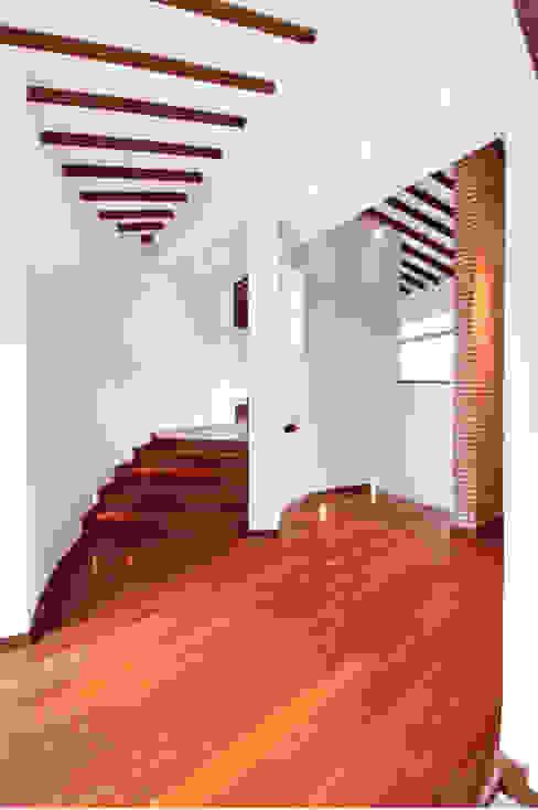 CASA ALCAPANI - Acceso zona privada - Pasillos, vestíbulos y escaleras de estilo clásico de FR ARQUITECTURA S.A.S. Clásico