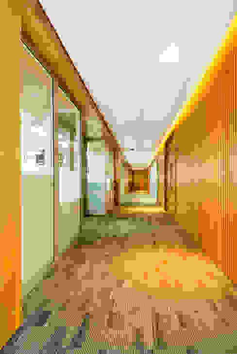 OFICINAS BOGOTA Pasillos, vestíbulos y escaleras de estilo moderno de FR ARQUITECTURA S.A.S. Moderno