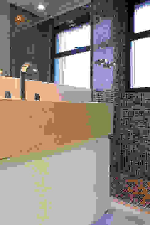 Banheiro em tons neutros Semíramis Alice Arquitetura & Design Banheiros clássicos Bege