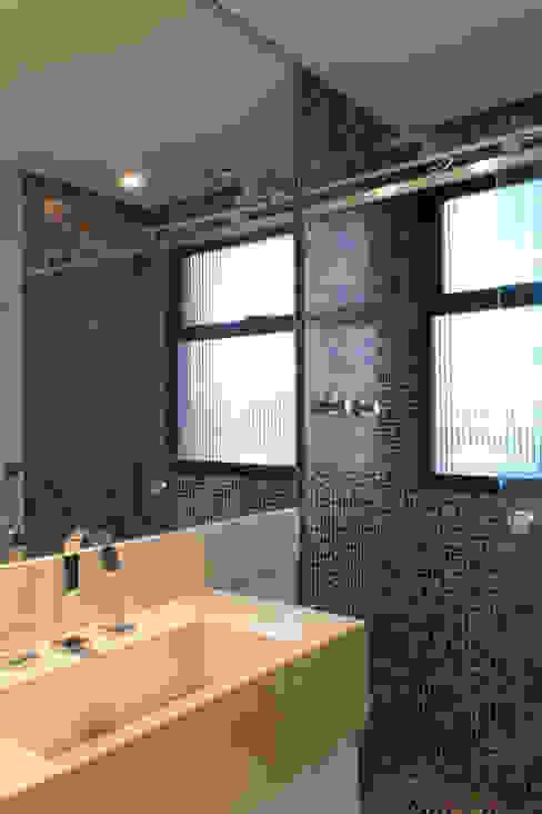 Bancada com cuba esculpida Banheiros clássicos por Semíramis Alice Arquitetura & Design Clássico