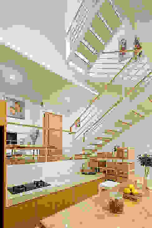 Phòng bếp và bàn ăn được bố trí ở ngay cạnh cầu thang.:  Bếp xây sẵn by Công ty TNHH TK XD Song Phát