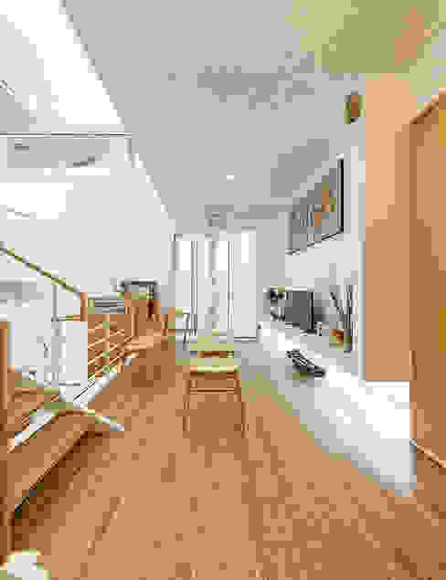 Đồ nội thất thông minh được tận dụng để tiết kiệm diện tích.:  Hành lang by Công ty TNHH TK XD Song Phát