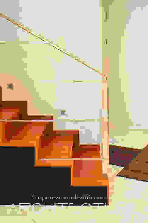 Escalera en madera, barandillas en acero inoxidable y forro en lavado negro FPM Arquitectura Escaleras Madera maciza Marrón