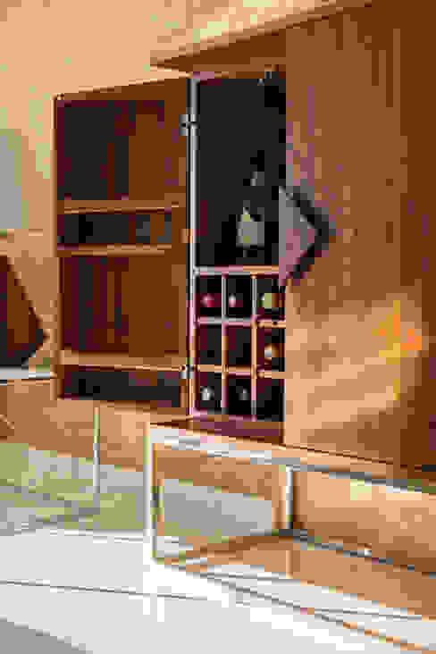 Móvel Bar - Apartamento T2 em Cascais - SHI Studio Interior Design ShiStudio Interior Design Sala de estarArmários e arrumação Acabamento em madeira